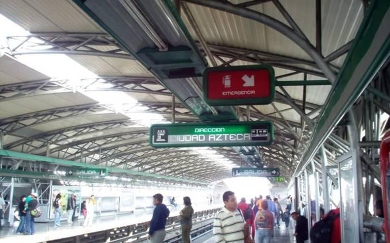 ¡Pánico en el Metro! presunto secuestrador amenaza a mujer con un picahielo