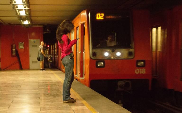 Mujer se desmaya en el Metro, policías la abandonan y horas después muere