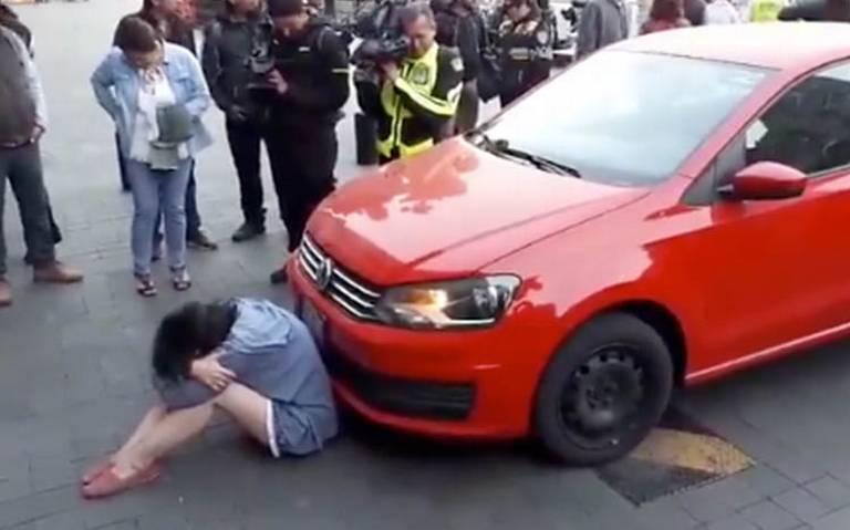Mujer intenta ingresar a Palacio Nacional en su auto; pide hablar con AMLO