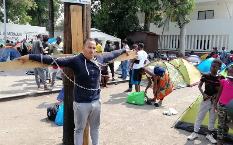 Cubano se crucifica para exigir libre paso a EU