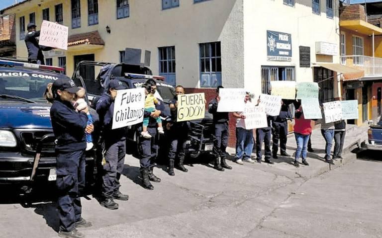 Policías de Michoacán cierran carreteras por ola de despidos