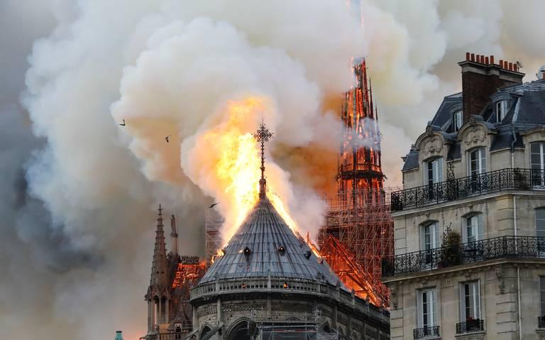 Fuerte incendio consume catedral de Notre Dame de París