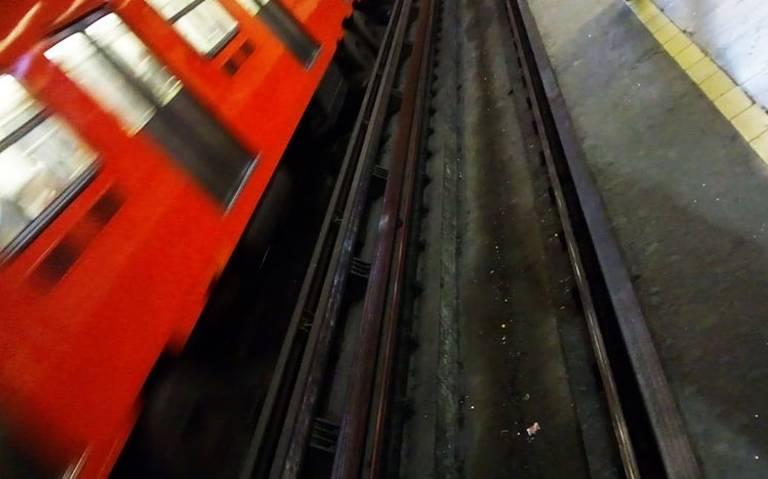 Mujer muere electrocutada por caminar en vías del Metro