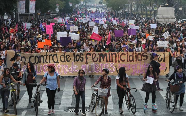 Se registran bloqueos carreteros y quema de vehículos en Apatzingán