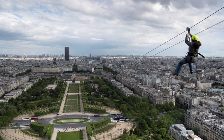 Instalan tirolesa temporal en la Torre Eiffel