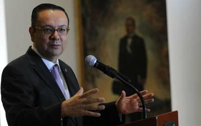 AMLO lamenta la renuncia de Martínez Cázares pero buscará la mejora del Seguro Social.