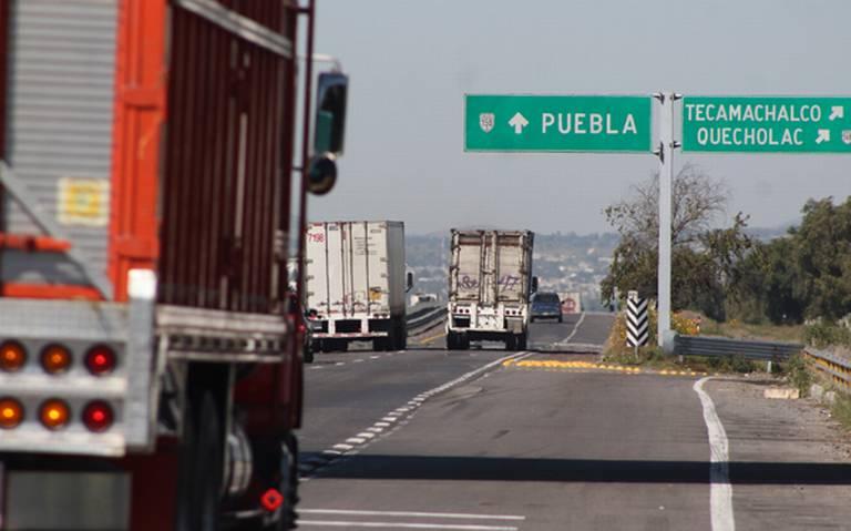 Con armas y grupos de choque se defienden transportistas en Puebla