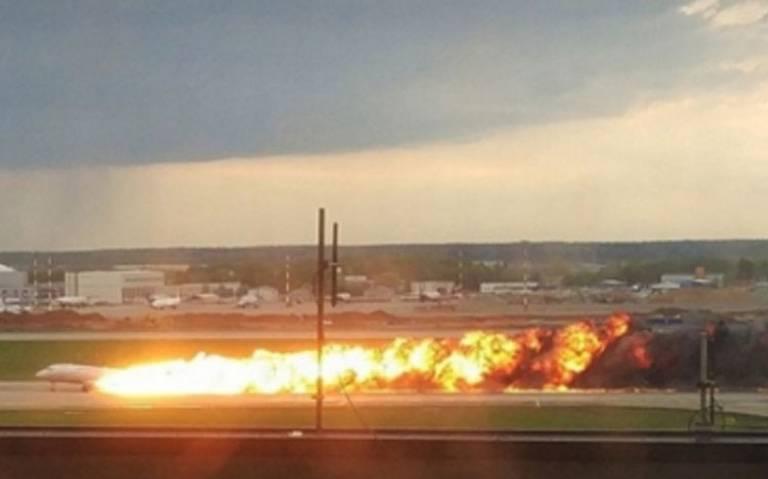 Encuentran cajas negras de avión incendiado en Moscú