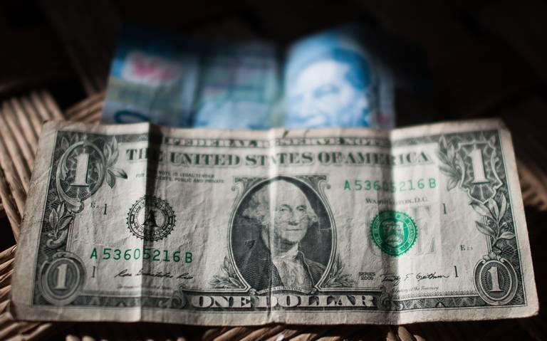 Dólar se dispara tras anuncio de Trump de aranceles a productos mexicanos