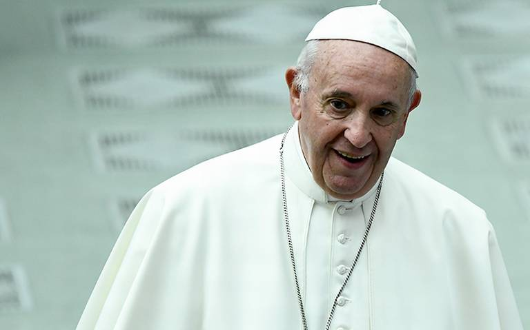 El Papa Francisco es captado usando por primera vez cubre bocas