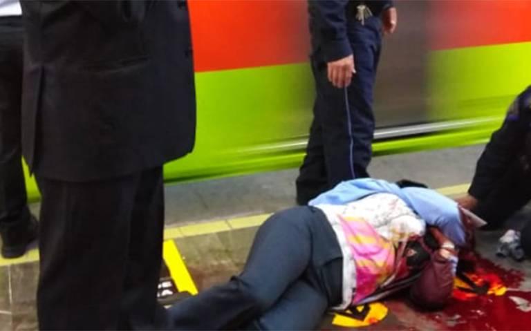 Se asomó a ver si venía el metro, y si venía
