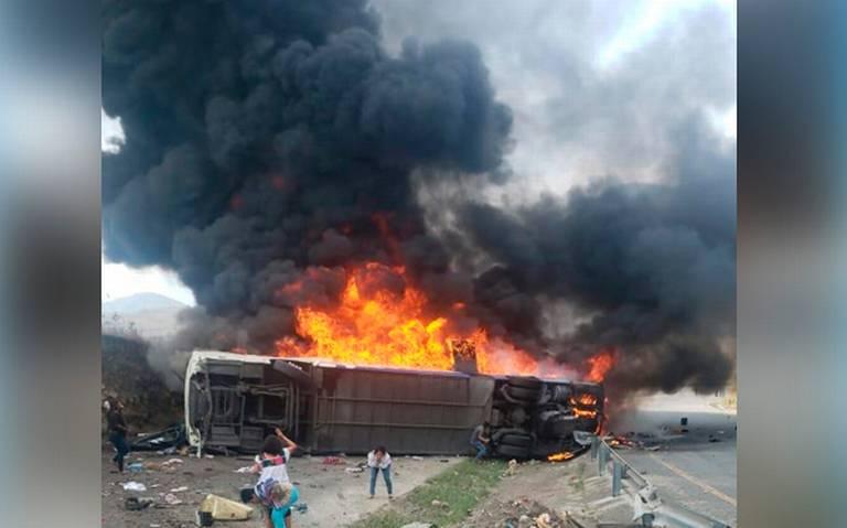 """[Video] """"Se están acabando de calcinar"""", vuelca autobús en la Puebla-Orizaba, deja varios muertos"""