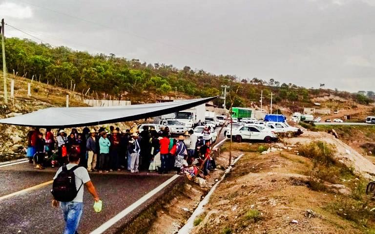 Campesinos de Atlixtac bloquean la carretera Tlapa-Chilapa en demanda de fertilizante