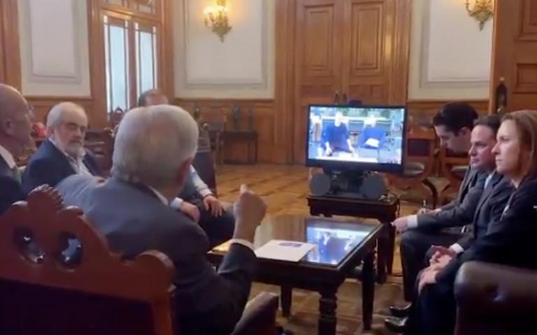 "AMLO pide apoyo a Mark Zuckerberg para ""conectar"" a todo el país"