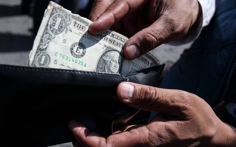 Dólar se dispara tras recorte de Fitch a calificación de Pemex