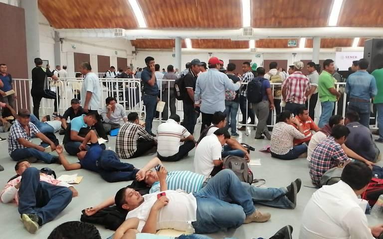 Cientos siguen en la espera por un empleo en Dos Bocas
