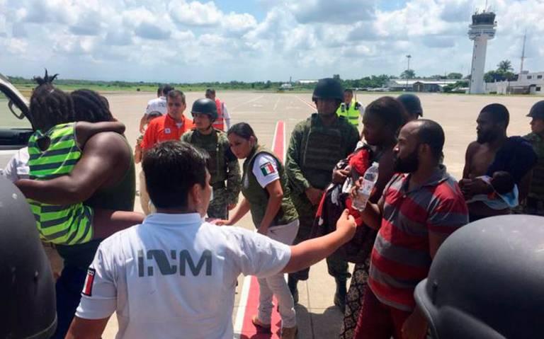 Migrantes se amotinan en avión de la PF en el Aeropuerto de Tapachula