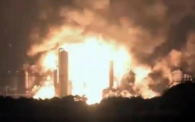 Bomberos intentan sofocar incendio en refinería de Filadelfia