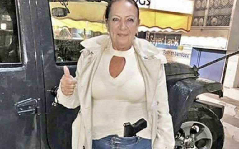 Senadora presume foto portando pistola; Monreal le dice que se porte bien