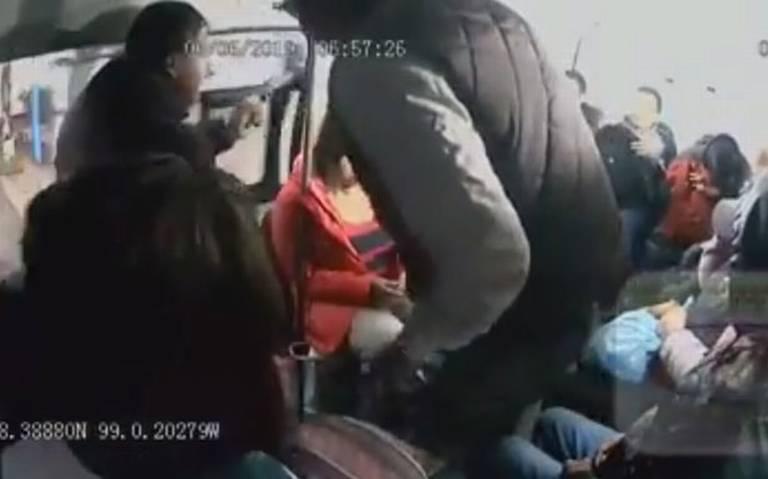 Delincuentes balean a sujeto tras asaltar combi en Tecámac [VIDEO]