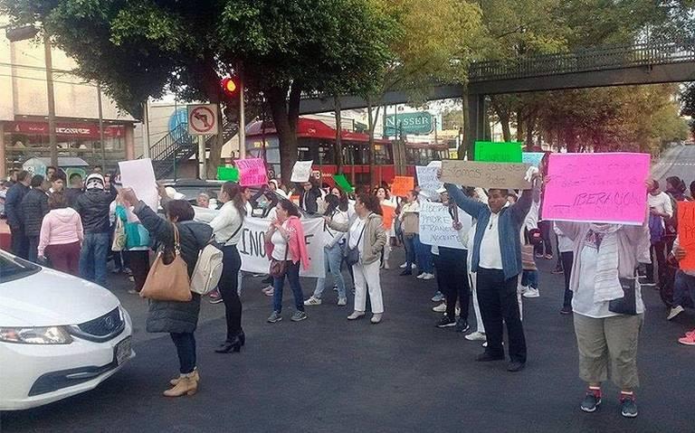 Fieles bloquean Insurgentes y Ayuntamiento en apoyo al padre Javier Bautisa; piden su liberación