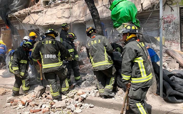 En calzada de Tlalpan colapsa edificio dañado en 19S
