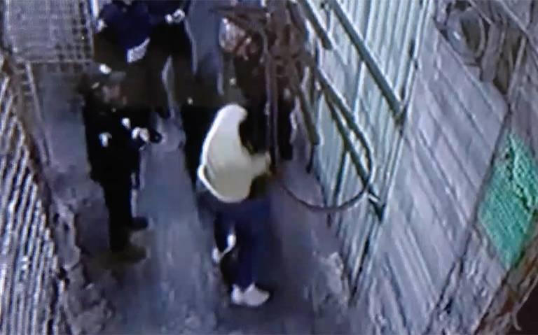 Jefe policiaco que golpeó a comerciantes continúa en la Morelos