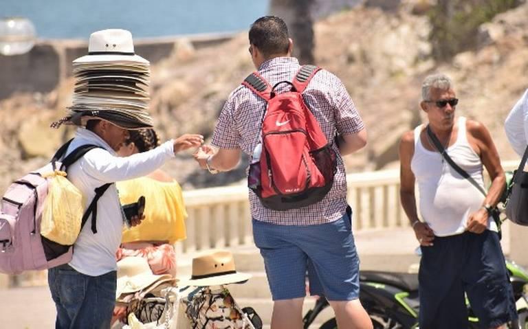 Molesta a vacacionistas exceso de vendedores en Malecón de Mazatlán
