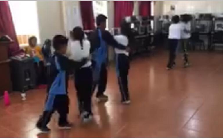 [Video] Maestro de educación física enseña a bailar cumbia a sus alumnos, en Oaxaca