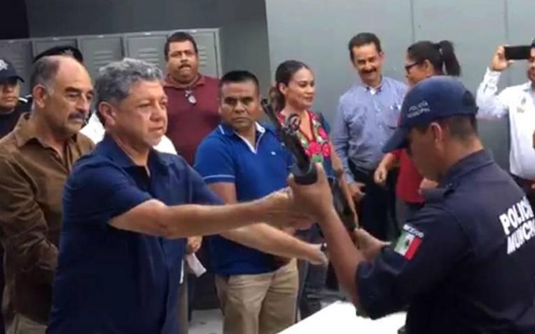 Devuelven armas a policías de Iguala a casi cinco años de la desaparición de los 43