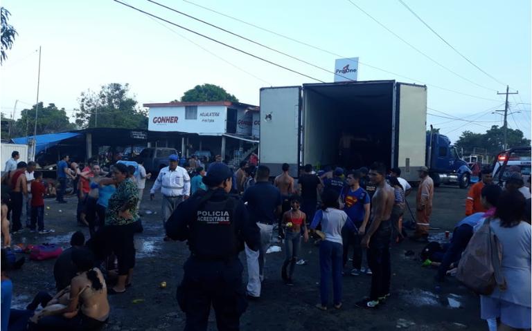 Descubren trailer abandonado con 200 indocumentados
