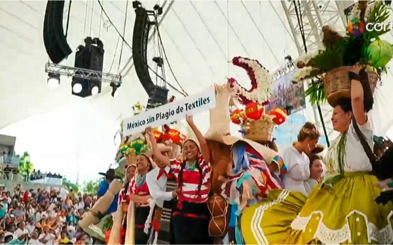 En plena Guelaguetza protestan danzantes contra plagio de bordados indígenas