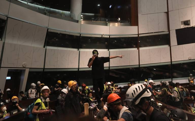 Manifestantes irrumpen en parlamento de Hong Kong