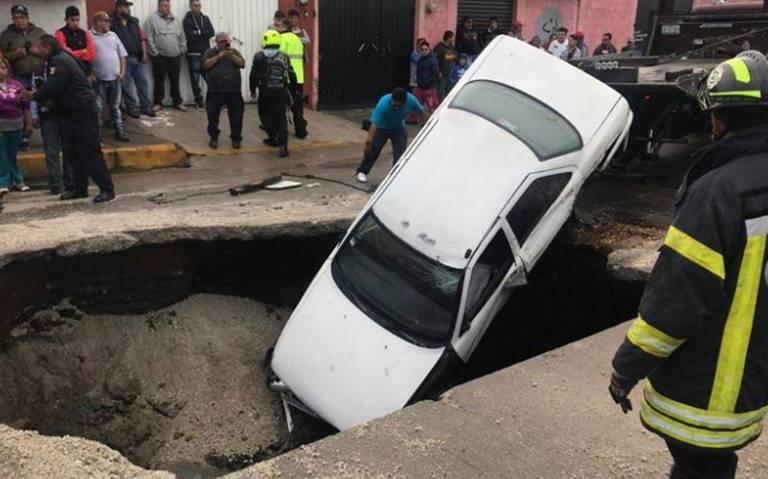 Caen dos vehículos a socavón en Ecatepec
