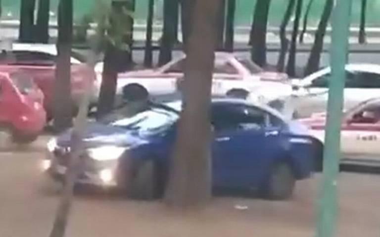 Automovilista evita ser asaltado en calles de Iztapalapa