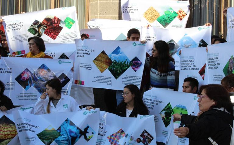 Investigadores del Cinvestav protestan frente a Palacio Nacional