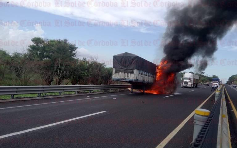 Arde caja de tráiler en la autopista
