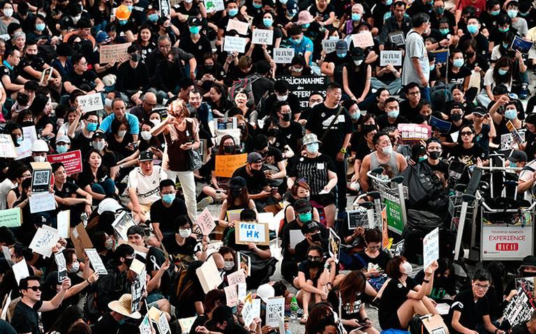 Continúan manifestaciones en Hong Kong; ahora en el aeropuerto