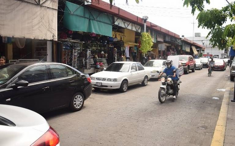 Piden locatarios del Pino Suárez liberar calles para poder descargar mercancías