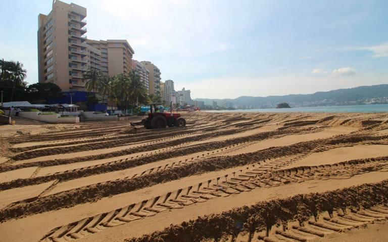 En Acapulco tapan con arena los desagües de aguas negras