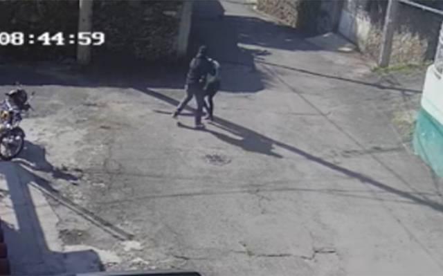 (VIDEO) Captan momento en que tratan de secuestrar a una niña en Xochimilco