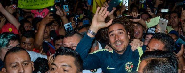 Guillermo Ochoa llega a México en medio de fiesta
