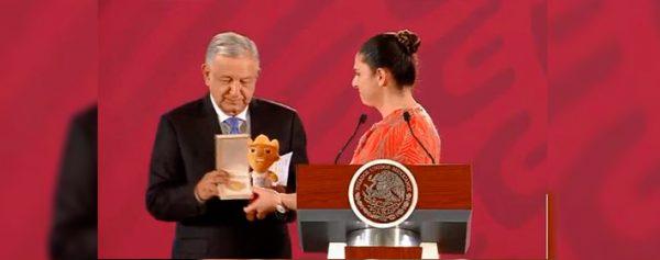 Ana Guevara entrega medalla a AMLO por apoyo a deportistas