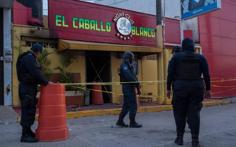Peritos de FGR llegan a bar de Coatzacoalcos, Veracruz, para investigar ataque