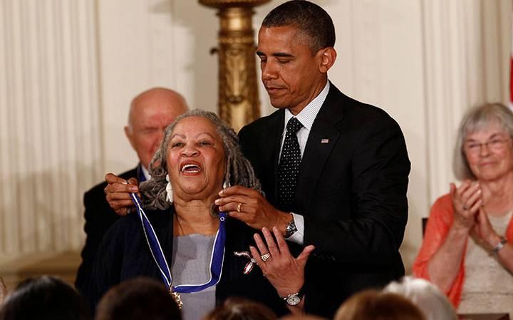 """""""Qué regalo fue respirar el mismo aire que ella"""", Obama lamenta muerte de Toni Morrison"""