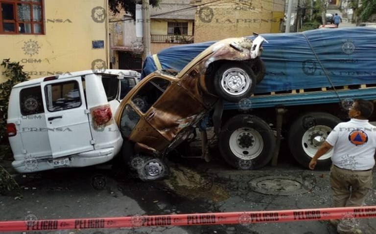 Camión sin frenos embiste cuatro vehículos en Álvaro Obregón