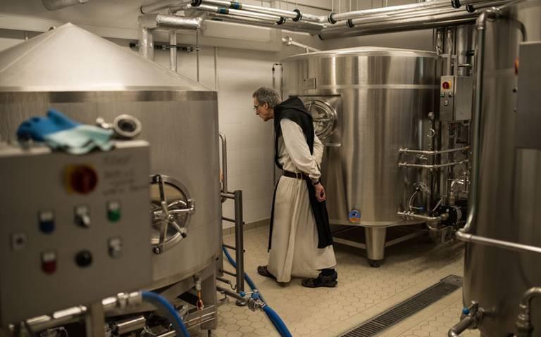 Monjes británicos cambian la leche por la cerveza artesanal