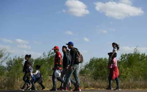 Trump amaga con negar nacionalidad a hijos de migrantes nacidos en EU