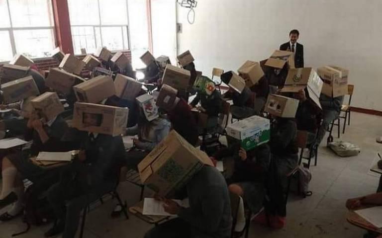 Les ponen cajas de cartón en la cabeza para evitar que no copien en examen