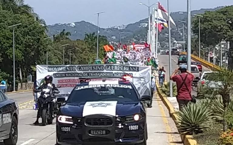 Marchan campesinos de Guerrero; bloquean carreteras y autopistas para exigir fertilizante